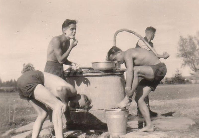 world-war-ii-soldiers-showering-4