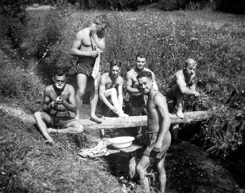 world-war-ii-soldiers-showering-16