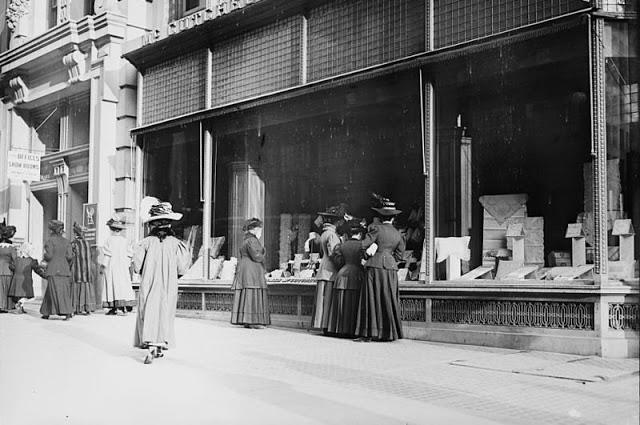 window-shopping-in-1900s-2