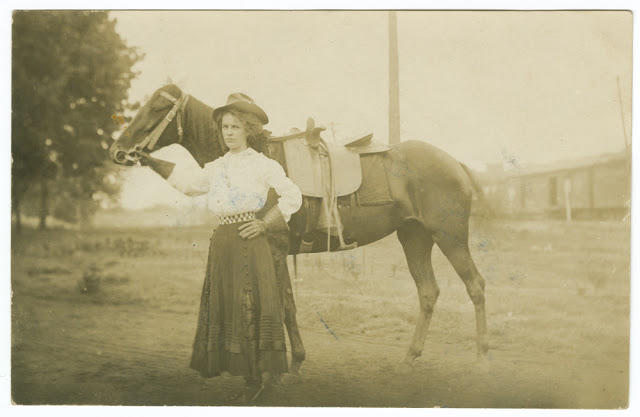 Cowgirls in the early 20th century (1)