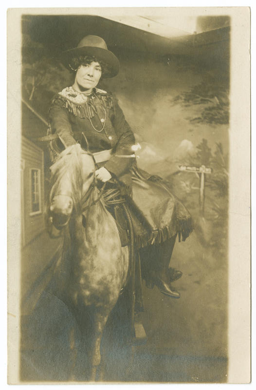 Cowgirls in the early 20th century (3)