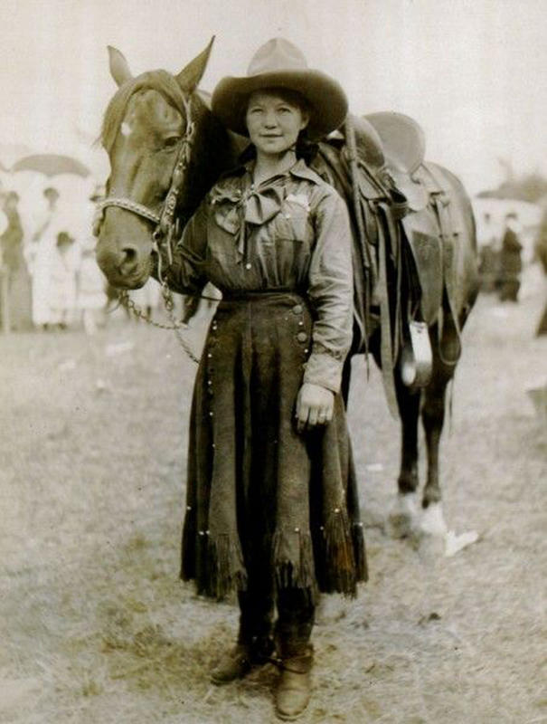 Cowgirls in the early 20th century (18)