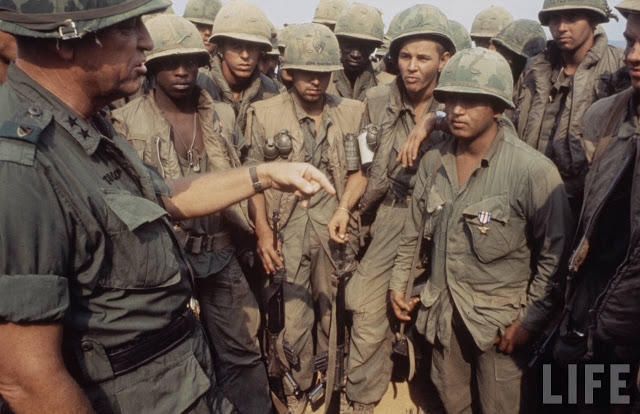 Larry-Burrows-Vietnam-war-photos-26