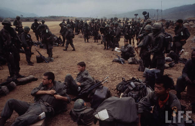 Larry-Burrows-Vietnam-war-photos-10