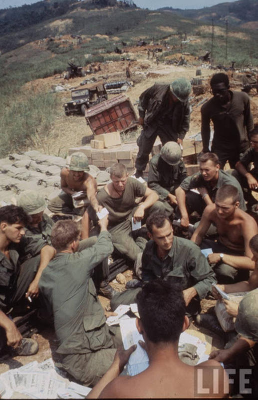Larry-Burrows-Vietnam-war-photos-16