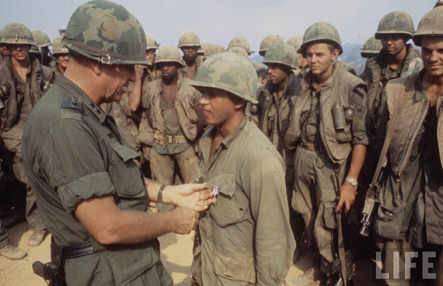 Larry-Burrows-Vietnam-war-photos-66